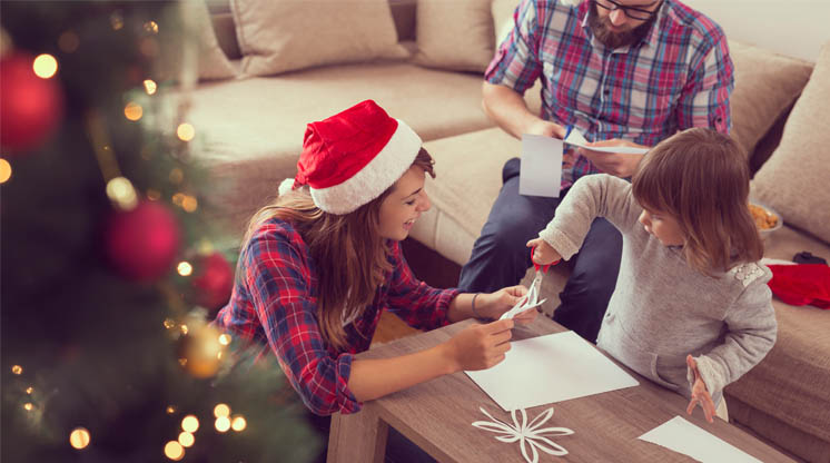 familia haciendo adornos de navidad manualidades