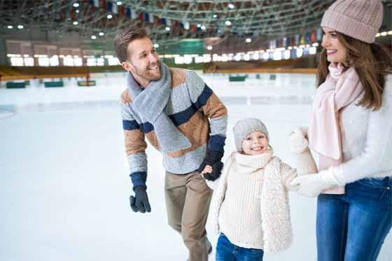 familia patinando en pista de hielo